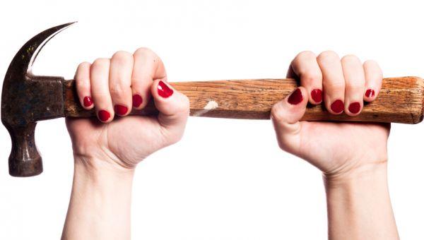 mains de femme et marteau