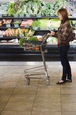 femme à l'épicerie