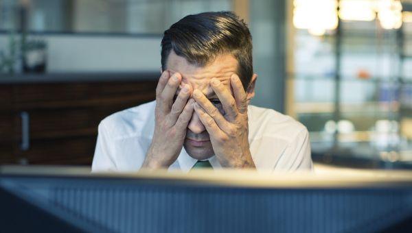 homme stressé au travail